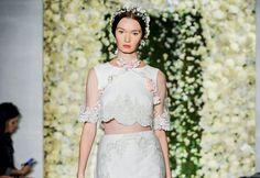 Fashion alert: Vestido de noiva agora tem duas peças e muuuuito conceito - separamos alguns looks de passarela pra você se inspirar