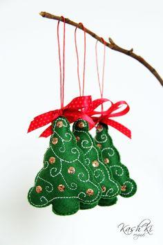 Vánoční+stromeček+Ručně+vyšivaný+vánoční+stromeček+z+plsti.+Je+ozdoben+flitry+a+mašlí.+Vánoční+dekorace+je+vhodná+k+zavěšení+na+vánoční+stromeček,+můžeme+ji+také+za+přišité+poutko+zavěsit+třeba+za+kliku+u+okna+nebo+u+dveří.+Uvedená+cena+je+za 1+kus.+Velikost+cca 10+cm.