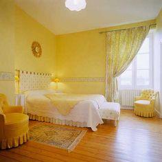 dormitorio pintado de color amarillo con cenefa