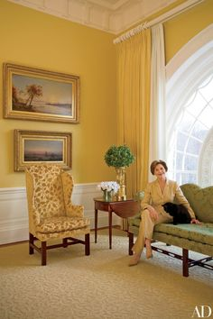 Laura Bush in the East Sitting Hall with their cat Willie. This is one of the rooms that was redecorated with the help of Ft. Worth's own Kenneth Blassingame Laura Bush, Barbara Bush, Yellow Paint Colors, Yellow Walls, Yellow Rooms, Interior Design History, Home Interior Design, White House Interior, Regency Furniture