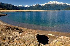 https://flic.kr/p/fJfZZ2 | Un día - Lago Chapo - Patagonia (Chile) | El domingo pasado luego de una semana fría y lluviosa tuvimos por primera vez un día de sol, que mejor oportunidad para salir a fotear. Parti por la mañana a la zona del Lago Chapo, mucha nieve en las montañas, un cielo azul primaveral, por la tarde el plan era ir a la zona costera frente al Oceano Pacifico para hacer fotos de atardecer. De regreso a casa en Puerto Varas luego de revisar las fotos una reflexion mas alla de…