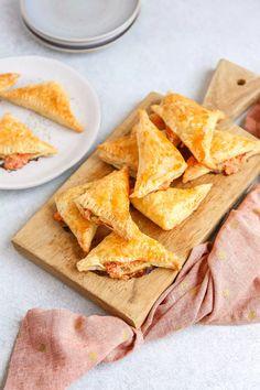 Bladerdeeghapjes met zalm | In 15 min. in de oven! - Lekker en Simpel A Food, Good Food, Min, Tapas, Brunch, Chips, Pasta, Bread, Snacks