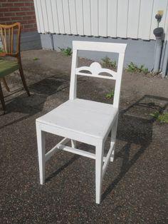 Kaunis, vanha valkoinen tuoli, myöhempi maalaus, istuinosassa halkeama, tukeva.  Myyty,