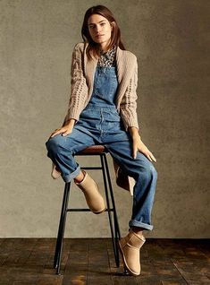 comfy outfit: overalls, chunky sweater, and uggs jardineira jeans coat Denim Fashion, Teen Fashion, Runway Fashion, Fashion Outfits, Fashion Trends, Jeans Outfit Winter, Cute Summer Outfits, Winter Outfits, Denim Overalls