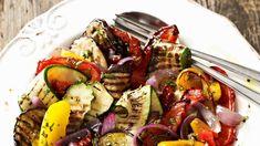 Mediterranes Grillgemüse mit Zwiebelvinaigrette schmeckt herrlich aromatisch und lässt sich ganz einfach zubereiten! Für die Marinade braucht es nur wenige Zutaten. Überraschen Sie Ihre Gäste mit dieser Beilage!