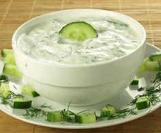 La salsa ai cetrioli è un condimento leggero e dolce-acidulo, particolarmente adatto ad accompagnare i piatti di carne dal gusto deciso, grazie al contrasto tra aceto e zucchero.