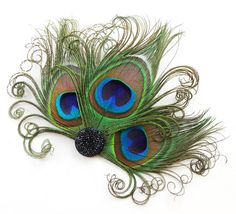This fascinator is simple and elegant. It is made from 3 perfectly curled peacock feathers and a jet look resin base. It runs about inches wide and high. Feather Crafts, Feather Art, Peacock Crafts, Feather Jewelry, Peacock Hair, Peacock Feathers, Bridesmaid Hair Accessories, Tea Party Hats, Peacock Theme