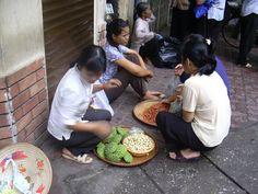 ベトナム、ハノイ(2005年)  旧市街の街角で。