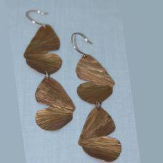 #kelandkjewelry  Abre tus alas tan sútil y ampliamente que tu vuelo sea plácido y alegre.  Zarcillos de algas de mariposa elaborados en cobre.  #mariposa #butterfly #zarcillos #earring #womenaccesories #jewelleryaddict #jewelry