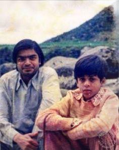An unseen pic of shahrukh. Bollywood Images, Bollywood Cinema, Vintage Bollywood, Bollywood Stars, Bollywood Celebrities, Bollywood Actress, Shahrukh Khan Family, Salman Khan Photo, Imran Khan