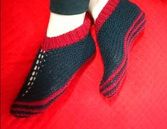 Cozy Toes Booties pattern by Amrita Sharma – socken stricken Knitted Booties, Knit Shoes, Knitted Slippers, Crochet Shoes, Red Slippers, Loom Knitting Patterns, Easy Knitting, Knitting Socks, Flats
