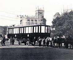 Transporte de un vagón de @metro_madrid por el Paseo del Prado. 1919 #95años