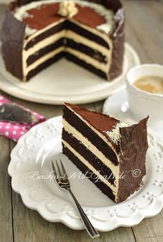 Schoko- Karamell- Torte (A delicious, heavy and stable chocolate cake that can be easily cut into thin pieces and works well … Just Desserts, Delicious Desserts, Dessert Recipes, Yummy Food, Cupcake Recipes, Cupcakes, Cupcake Cakes, Food Cakes, Chocolate Caramel Cake