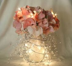 la combinación de flores y focos se ve super original