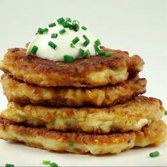 Pyszne placuszki ze szczypiorkiem, kukurydzą i żółtym serem  Czytaj dalej na: http://www.popularne.pl/placki-kukurydza-szczypiorek-ser/