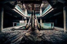 Serie de #Fotos de #CentrosComeciales abandonados en el #Mundo||| Sabemos que el mundo en que vivimos está repleto de centros comerciales llenos de servicios al públi... - Shutterstock