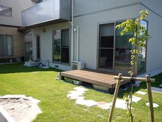 待ち合わせは、僕のうちの砂場!楽しい時間に続くアプローチ Picnic Table, Outdoor Furniture, Outdoor Decor, Sun Lounger, Decorating Ideas, Gardening, Architecture, Room, House
