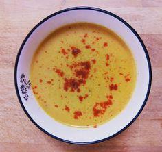 Las cremas de verduras y hortalizas son una opción sana y ligera para la cena de toda la familia. Esta receta que compartimos es del blog CUINAR I VIATJAR.