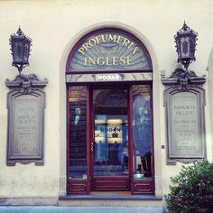 Was vroeger een parfumwinkel. Deze Profumeria Inglesa werd opgericht in 1843en had ook vestigingen in Rome en Napels, zo lees ik op de...