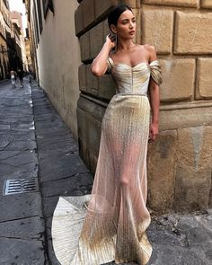 In this article we collected unique wedding gowns. We submit fashion forward wedding dresses a variety of fabrics, diffrent styles. Glam Dresses, Elegant Dresses, Pretty Dresses, Beautiful Dresses, Fashion Dresses, Formal Dresses, Unique Wedding Gowns, Wedding Dresses, Bouquet Wedding