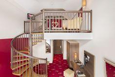 Galerie-Suite 509. Über eine Wendeltreppe erreicht man vom Wohnzimmer das  Schlafzimmer. Hotel Alpen, Stairs, Room, Home Decor, Environment, Bedroom, Living Room, Spiral Stair, Luxury