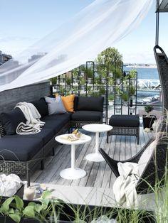 Un endroit rafraîchissant où il fait bon relaxer ? C'est à votre portée avec les agencements KUNGSHOLMEN et les épais coussins de mousse KUNGSÖ.