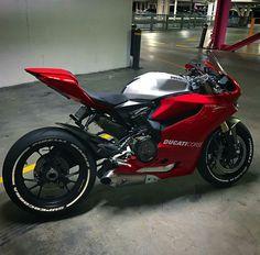 Ducati 1199 Panigale por Dios que hermosa nave. Ducati Diavel, Ducati Multistrada, Triumph Motorcycles, Cool Motorcycles, Ducati Scrambler Cafe Racer, Cafe Racers, Motorcycle Wheels, Moto Bike, Super Bikes