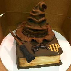 This Sorting Hat all Harry Potter fans will fall in love with. This Sorting Hat all Harry Potter fans will fall in love with. Bolo Harry Potter, Gateau Harry Potter, Harry Potter Sorting Hat, Harry Potter Birthday Cake, Harry Potter Food, Harry Potter Wedding, Harry Potter Book Cake, Fall Cake Recipes, Fall Desserts
