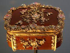 Snuffbox with Diamond Flowers .