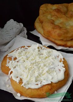 Langose cu cartofi Romania Food, Cookie Recipes, Dessert Recipes, Great Recipes, Favorite Recipes, Tapas, Good Food, Yummy Food, Hungarian Recipes