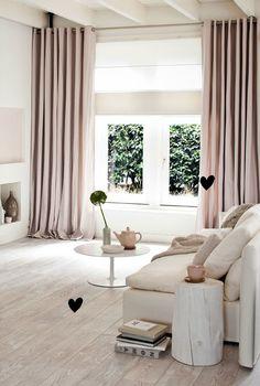 淺色木地板+米色沙發+粉色窗簾