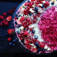 Endelig fredag! Skal I have gæster i weekenden? - så kan I finde inspiration til desserten på bloggen  hindbær-cheesecake med hvid chokolade og friske bær. Den smager fantastisk af sommer og solskin på næsen!  www.kitchenbyeve.com // Raspberry cheesecake with white chocolate and fresh berries  Happy weekend…