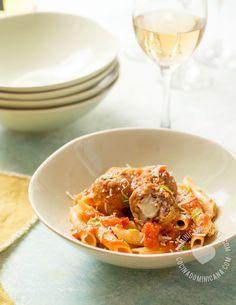 Receta Pasta con Albóndigas Rellenas de Mozzarella y Salsa de Tomate: Un clásico al que hemos agregado una fabulosa sorpresa. Porque con queso, todo es mejor.