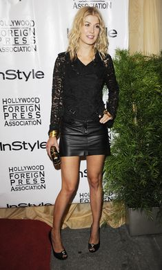 Rosamund Pike in leather miniskirt Faldas De Cuero Negras c679b7a1b11