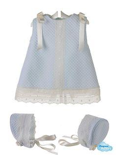 Vestido y capota para bebé de piqué con entredos y tirabordada de batista en color beige  Vestido para bebé confeccionado en piqué de algodón con la capota a juego y adornado con una tira bordada y entredos en color beige . http://www.pequesybebes.es/vestidos-bebe-nina-verano/374-vestido-capota-bebe-pique.html