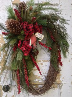 Noël Grand Couronne Agricol hiver guirlande, guirlande de Noël primitif, Cardinal Couronne  Cette guirlande de Noël grand ovale se penchera donc chaleureuse et invitante à votre porte. Il a un aspect rustique, commençant par un beau rouge et noir bow combinée avec un bois rouge Cardinal et joyeuses fêtes signe. Il est rempli de rameaux à feuilles persistantes de qualité, fruits rouges et pommes de pin. Les dimensions finies sont 30 de haut, large de 22 et 11 de profondeur. Merci de visiter…