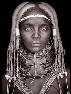 wonderful work from John Kenny 'Mynga' - from the Mumuhuila tribe of Angola. Notice the 2 shorter hair locks with metal beads close to the face, like ancient priestesses. Her face is reminiscent of the wooden statues of priestesses of Amun. John Kenny, African Tribes, African Women, African Art, Stunning Girls, Black Is Beautiful, Beautiful People, Beautiful Women, Art Afro