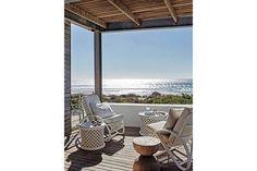 Una casa que se funde con la arena y el océano en Sudáfrica Macizos, simétricos y únicos por su cualidad artesanal, los taburetes de madera de munggur se pueden usar como asientos o mesitas acá o en cualquier sector de la casa. Foto:Living /Greg Cox/ Bureaux.co.za