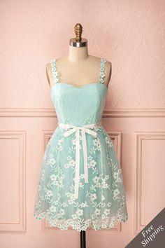 Henley ♥ La poésie d'une aurore sur les champs fleuris est dépeinte sur cette robe délicate. The poetry of dawn rising on the flower fields is painted on this delicate dress.
