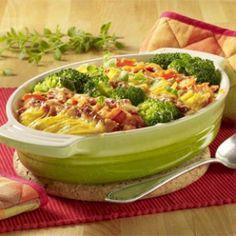 Kartoffel-Gemüse-Auflauf mit Brokkoli, Möhren und Schinken können Sie ganz einfach selber machen. Mit Eiermilch wird's saftig, Käse sorgt für eine schöne Kruste.