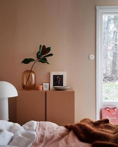26 dusty pink bedroom walls you will love it 13 Dusty Pink Bedroom, Pink Bedroom Walls, Home Bedroom, Bedroom Decor, Bedroom Ideas, Home And Living, Home And Family, Piece A Vivre, Retro Home Decor