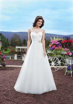 Elfenbeinfarbenes A-Linien Brautkleid aus Tüll mit einem transparentem Sabrina-Ausschnitt und einer mit Perlen besetzten Corsage - von Sincerity