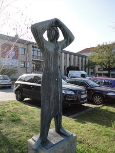 This is sculpture of a seeking woman. It's located at the Leibnitzufer in Hannover, Germany, NI.