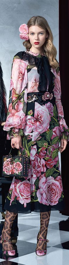 Dolce and Gabbana SS prints on chiffon or organza brings a light feel to a heavy pattern. Choose graphic artistic scenes that tends to tell a story. Estilo Fashion, Fashion Moda, Fashion 2017, Runway Fashion, High Fashion, Fashion Show, Womens Fashion, Fashion Trends, Dolce And Gabbana 2016
