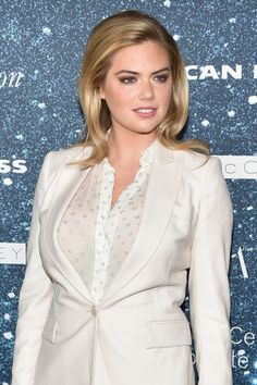 At last night's Stella McCartney dinner in New York, Kate Upton made the case for warming up a winter white wardrobe with a sun-kissed complexion. Kate Up, White Wardrobe, Girl Fashion Style, Bronze Skin, Kate Hudson, Female Poses, Winter White, Pattern Fashion, Curves