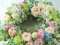 装花例:門柱に飾る春の花のリース : 一会 ウエディングの花