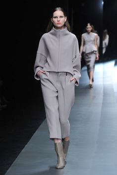 Hanae Mori Designed by Yu Amatsu Tokyo Fall 2015 Fashion Show Look Fashion, Winter Fashion, Fashion Show, Fashion Design, Mode Outfits, Fashion Outfits, Womens Fashion, Fashion Trends, Pantalon Cigarette