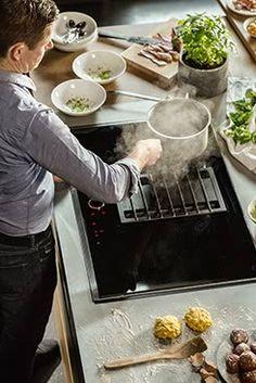 Unser integrierter Kochfeldabzug befindet sich nicht über, sondern in der Mitte des Kochfelds. Damit zieht der Dampf sofort ab!