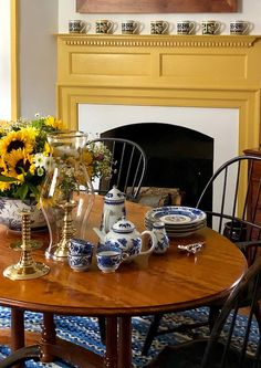 Williamsburg Imperial blue china by Mottahedeh in Anthony Baratta Colonial Williamsburg home Cape Cod Style House, Colonial Williamsburg, Williamsburg Virginia, Home Interiors And Gifts, American Interior, William And Mary, 17th Century Art, Early American, American Country