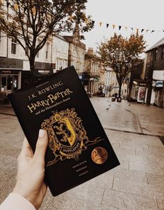 So I saw it once but only Hufflepuff and I couldn't find the Ravenclaw and I literally cried as my Hufflepuff friend bought it and waved it in front of my face and now I don't talk to her anymore. Harry Potter Rowling, Objet Harry Potter, Mundo Harry Potter, Harry Potter Books, Harry Potter World, Harry Potter Hogwarts, Wallpaper Harry Potter, Desenhos Harry Potter, Yer A Wizard Harry